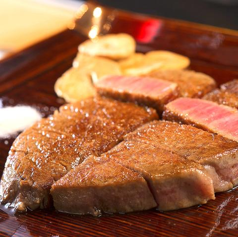 目の前の鉄板で調理される神戸牛や日本各地のブランド牛、海老やアワビなどの海鮮類を