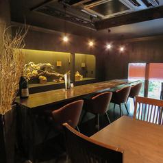 雰囲気抜群のバーカウンターは全5席ご用意。飲み足りない方は2軒目のご利用にも最適です。