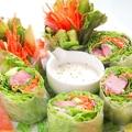 料理メニュー写真サーモンの柚子胡椒カルパッチョ/マグロとアボカドのゆずマヨ生春巻き