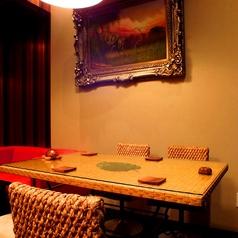 テーブル席もご用意の奥の個室空間