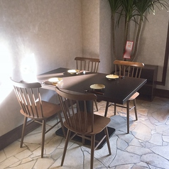 1階 4名様用テーブル席庭と厨房の両方が見え、ゆっくりとした空気感でお食事を楽しんでいただけます。