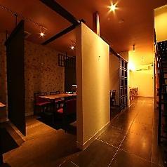 【1階】16名個室。3つのお部屋をつなげて最大16名様までのお部屋としてお使いいただけます。のれんで隣の席と仕切っております!安心してご利用下さい。