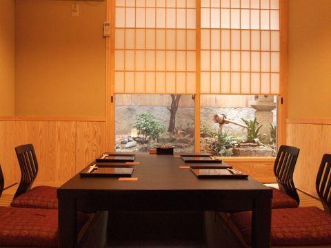 坪庭を眺めて…。お昼3000円~,会席8000円~,宴会10000円以上でこちらの個室利用可。