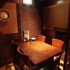 【少人数用個室】あたたかな灯りのテーブル半個室。落ち着いた店内でゆったりお過ごしいただけます。友人とのお食事やデートなど様々なシーンで◎