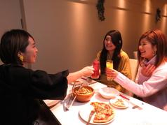女子会には美味しい料理やお酒が欠かせませんよね♪同店は気品溢れる真っ白な空間なのでスタイリッシュな大人女子会にもピッタリです♪