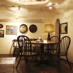 【洞窟空間】女子会にぴったりの丸テーブル!個室感ある空間でワイワイおしゃべりも弾みます♪※3名様の丸テーブル席も1席あり