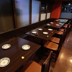 片側シートタイプのテーブル席ございます。ゆったり広々としているため、女子会や会社宴会、ご家族でのお集まりなどにも最適。お食事とともに会話も心ゆくまでお愉しみください。テーブル同士をつなげることもでき、団体様でのご利用にも◎。ご利用人数に応じて調整しますので、まずはお気軽にご相談ください。