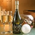 新郎新婦にプレゼントもおすすめ!華やかにデコレーションされたスパークリングワインボトルのご用意も承ります!(要予約/有料)