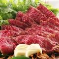 料理メニュー写真土佐和牛藁焼き塩ステーキワサビ菜を添えて