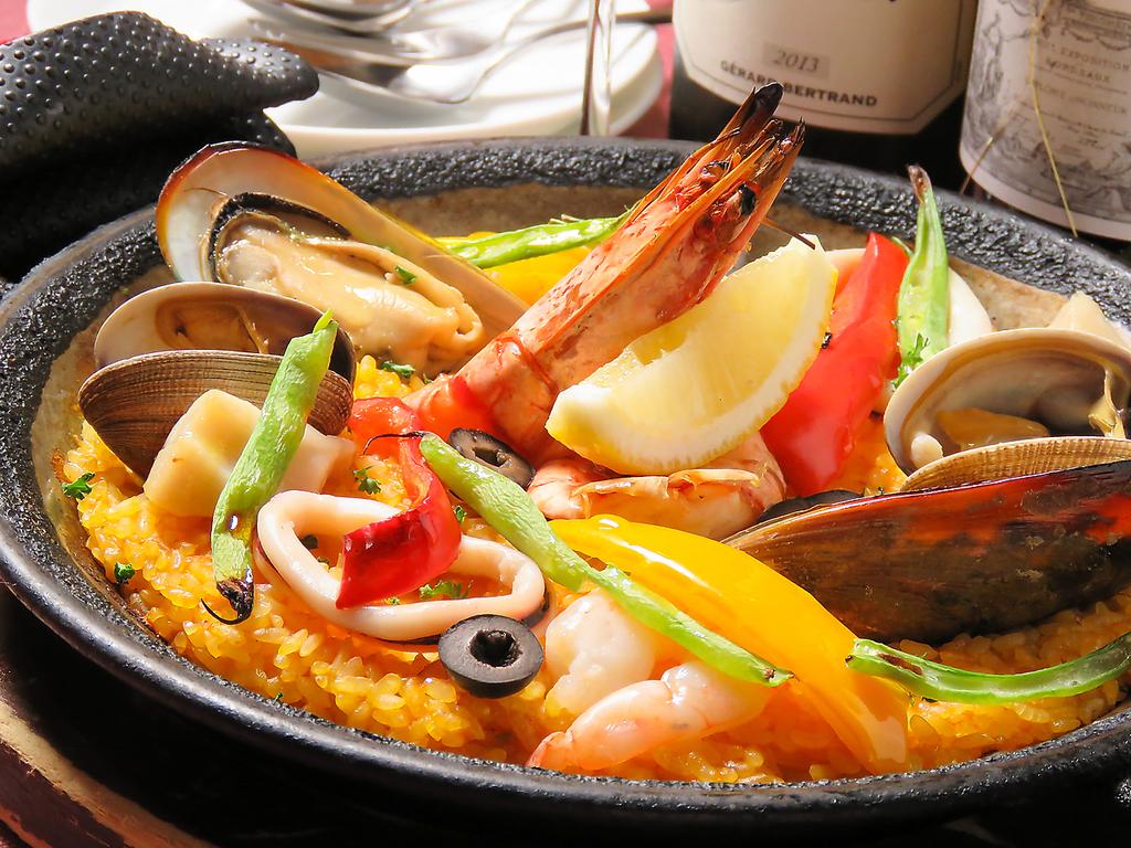 魚介の旨みをたっぷりと吸い込んだスペイン料理【海の幸のパエージャ】は当店自慢の一品です。