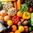 新鮮食材を使用して皆様にご提供致します。野菜が持つ栄養素をたっぷり摂取するためには、鮮度が良いものを選んでいます。当店は葉野菜は濃い緑色をしていて葉がしおれていないものを選びます。レタスなどは、葉の色の他に重さも重要です。重いものには多くの葉が詰まっています。皆さまに栄養の豊富な野菜を提供致します!