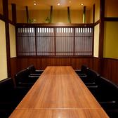 店内右奥には最大12名様程度で利用できるテーブル個室もございます。落ち着いた雰囲気の空間で中人数のお客様にはぴったりのお部屋です!