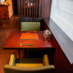 2名さまのテーブル席、デートや記念日などに◎ランチコース、ディナーコース共本格タイ料理をご用意しております。
