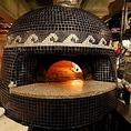 大きな薪窯はイタリア製。高温短時間で生地を焼き上げることで生まれる、もっちりとした軽い食感が魅力!自慢のピッツァをぜひお召し上がりください!