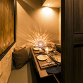 優しい灯りが照らす空間はお客様に大人気!ゆったりとした空間で自慢のアラカルトメニューやスパーリングワイン、日本酒などを存分にお召し上がりください!少人数~ご利用可能な個室を多数ご用意。
