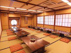 2階のお座敷は20、30、50名などご予約の人数に応じて仕切って使えます。それぞれの空間は個室と同様にお使いいただけますので、周囲の方を気にせずゆっくりお食事して頂けます。
