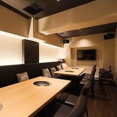 モニター付のオシャレな個室席もございます!ご要望などございましたらお気軽にご相談ください!間接照明が優しく灯る和を基調とした個室空間でゆっくりと時が経つのをお愉しみください。