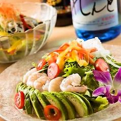 料理メニュー写真プリプリ海老とアボカドのシーザーズサラダ