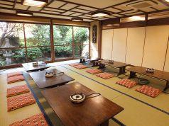 1階のお座敷は広々とした庭を眺められます。観光で京都の景色の良いお店を!との事でしたら、お店の周りが円山公園、八坂神社と観光スポットに囲まれた当店へ!