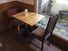 2名様席 お庭を眺めながらお食事いただけます。