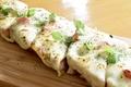 料理メニュー写真モッツァレラチーズのマルゲリータ バケットピザ