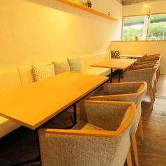 最大14名様までご利用可能なゆったりソファの2名様用テーブルを7卓ご用意しております。