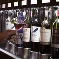 ワインはコルクを抜いた時点から酸素にさらされ劣化していきますが、専用のワインサーバーなので、提供するまで一瞬も酸素に触らず保存しております。当店のワインはすべてグラス売り可能です。