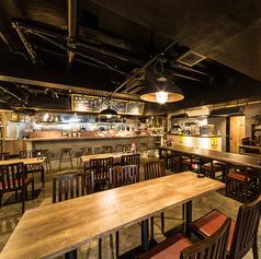 テーブル席とゆったりのカウンター席をご用意しております。厳選部位11種のステーキ。チーズフォンデュ・生ハム・ハンバーグ・アヒージョ等オシャレな空間で厳選の料理を堪能できます。
