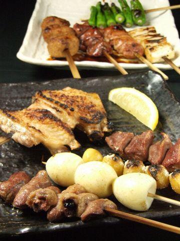串の打ち方一つ、焼き方一つで味が変わる焼鳥…じっくり焼き上げ旨味を閉じ込めます。