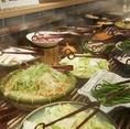 食べ放題全コースで鍋野菜・鍋の友・サラダなどが食べ放題。野菜ビュッフェにて、お好みの具材を自由にお楽しみください。