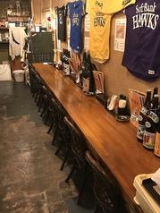 ソフトバンクホークスのユニホームが飾られてる前で美味しいやきとりとビールで一杯如何ですか。