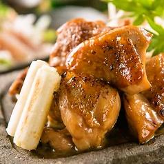 料理メニュー写真黄金軍鶏 もも肉の深谷ネギの溶岩焼き 焼き鳥仕立て
