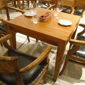 木の温もりが心地よいテーブル席はデートに