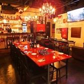 10名様まで可能なテーブル席。シャンデリアが輝く煌びやかな空間で、こだわりの肉料理と美酒をお愉しみ下さい…♪