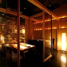 壁がガラス張りでお洒落な半個室席。とても雰囲気のある人気のお席となっています。店内も見渡せます!