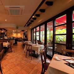 大きな窓が特徴のテーブル席は開放的な雰囲気でお食事が楽しめる!