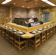 大型いけすを取り囲む寿司カウンター♪