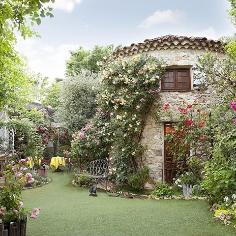 緑と花の園に佇む格調高い洋館と美食。特別な時間を過ごせる高級鉄板ステーキ店です。