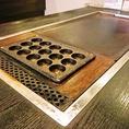 各テーブルにはタコ焼き用、もんじゃ・お好み焼き用の鉄板があります。みんなでワイワイ楽しく焼けるのが嬉しい!