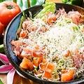 料理メニュー写真生ハムと温玉のシーザーサラダ