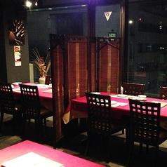 窓際のテーブル席は仕切りを外して長テーブルとして宴会にも対応しております。