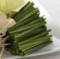 ニラは、冷え性、痔、しもやけなどの冷えからくる症状に良いと言われております。ニラの栄養成分は、β-カロテン、ビタミンC、E、B1、B2などのビタミンや、カルシウム、カリウム、鉄などのミネラルが含まれています。当然、もつ鍋のスープで煮込んだら最高の味に!