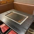 テーブルに鉄板式。自分でも焼くことができます♪