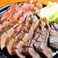 『名物!極み 厚切り牛たん焼き』は、牛たんをご堪能できるこだわりの逸品料理!熟成した旨味たっぷりの牛タンを吟醸酒元ダレで味付けし、歯ごたえと、味わい、柔らかさをご提供いたします。食仕方までこだわりぬいたみちのく邸の自信作!飲み放題付コースは3,500円~でぜひご賞味ください!ご予約を承っております♪