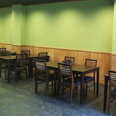 木を基調とした店内で味わうこだわりの会席膳。幅広い年齢層のお客様に親しまれています。ご予約はお早めに。