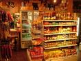 【売店】食料品も多数取り揃えております。見てるだけでもワクワクするものばかり♪何があるかはお楽しみ♪