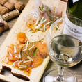 【ワイン×サーモンのカルパッチョ】女性に人気のカルパッチョもご用意しております。ワインとの相性は抜群!!お料理・お酒をごゆっくりお楽しみください。