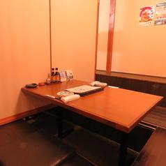 2~4名様までご利用いただける掘りごたつ席はのんびり寛げ居心地がいいのでカップルの方でも安心です。テーブルは広々とお使いいただけますので自慢のお魚料理をどうぞ贅沢にお愉しみください♪