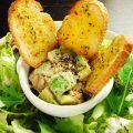 料理メニュー写真ツナとアボカドのタルタルサラダ(ガーリックトースト添え)