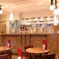 【自慢のビアホール席で乾杯】カウンター前のテーブル席は注ぎたてのビールがすぐ届く!2名様~最大20名様までお気軽にご利用いただけます。デートから少人数の飲み会までお席のレイアウト変更できます。人数やレイアウトのご相談は店舗まで!